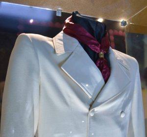 low-detail-white-suit_paul-lindus
